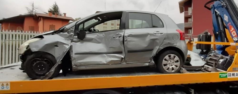 Torre Boldone, auto contro il tram  Macchina distrutta, donna illesa