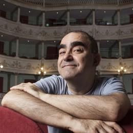 Elio porta in scena «Il Grigio» La musica di Gaber al Teatro Creberg