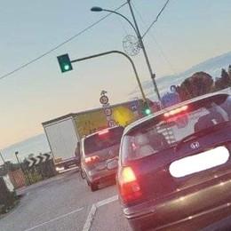 Camion «traditi» dal navigatore Gimkane davanti al ponte vietato