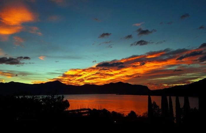 Magia sul lago L'alba di ieri, preludio del vento impetuoso in arrivo da Nord. Foto di Lorena Cadei, Sarnico