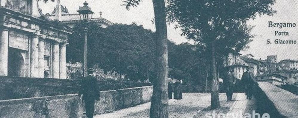 L'antica Porta San Giacomo tra alberi e  stemmi spariti