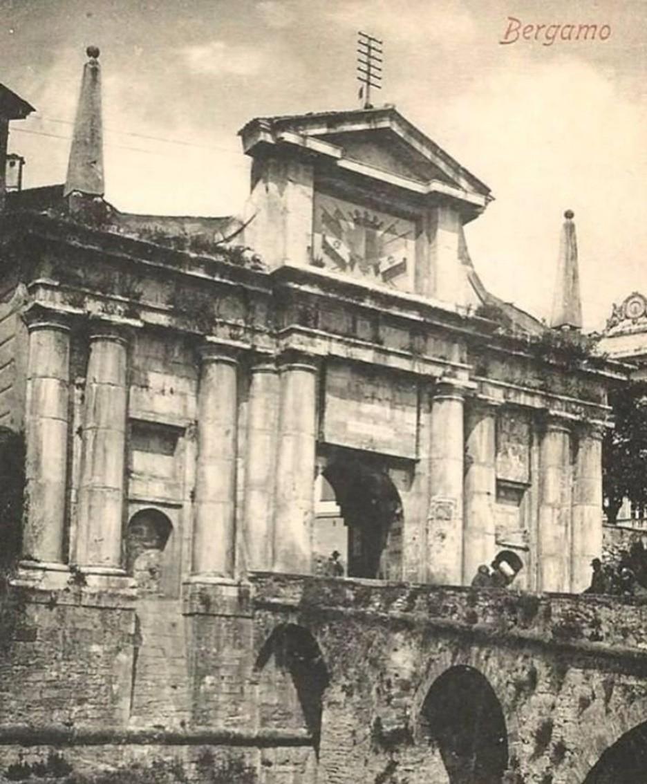 Porta San Giacomo con lo stemma del Regno d'Italia