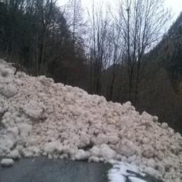 Valanga a Carona, massi di neve in strada Interrotta la via per il rifugio «Calvi»