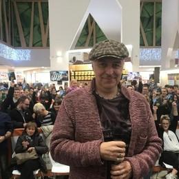 Davide Van De Sfroos tra fan e autografi Successo di pubblico a «Le Due Torri»