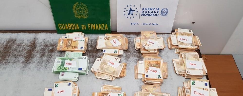 In valigia con 77.000 euro non dichiarati Scoperto a Orio, sequestrati 33mila