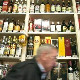 Ruba otto bottiglie di alcolici «Mi servivano per tornare a casa»
