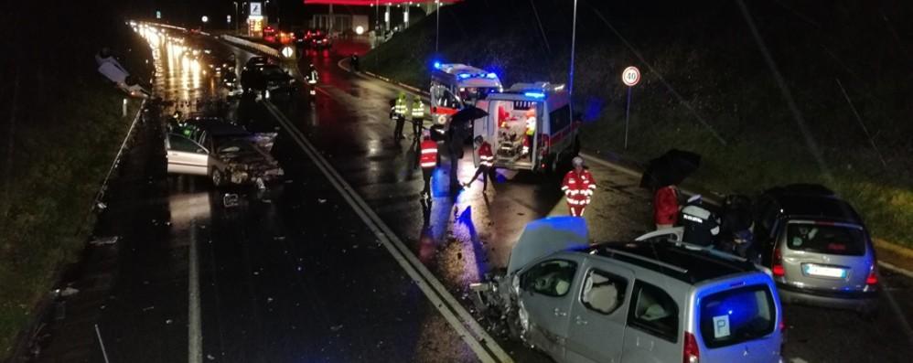 Schianto tra cinque auto: nove feriti Traffico in tilt: chiusa per ore la Statale 42