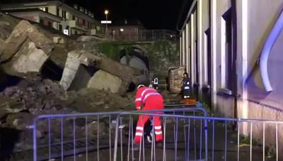 Strada crollata a Piazza Brembana, i cani in azione per escludere la presenza di persone