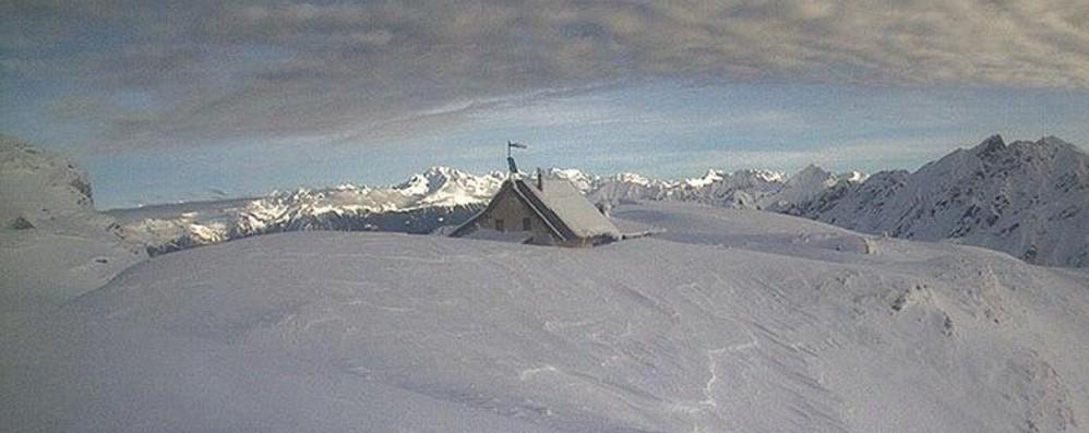 Tregua della pioggia, ma il lago d'Endine esonda Il rifugio Benigni sommerso dalla neve-Foto