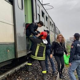 Treviglio, principio d'incendio sul treno Convoglio fermo, passeggeri a piedi