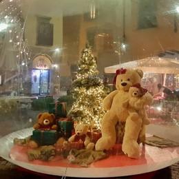 Piazza Pontida, rubato il peluche di Natale «Aiutateci a trovare Signor Orso»