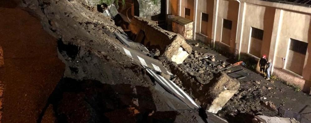 Terribile boato a Piazza Brembana Crollati 50 metri di strada in centro - Video