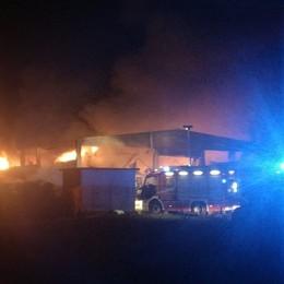 Fornovo, alte fiamme da un capannone  In azione i Vigili del fuoco - Foto