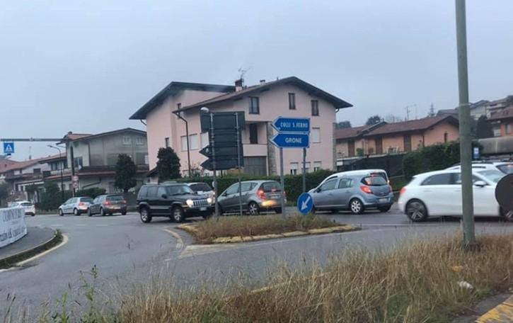 «Imbuto insostenibile a Borgo di Terzo» La protesta di chi percorre la Statale 42