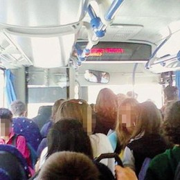 Osio Sotto, folla alla fermata del bus  «Troppo tempo perso, la eliminiamo»