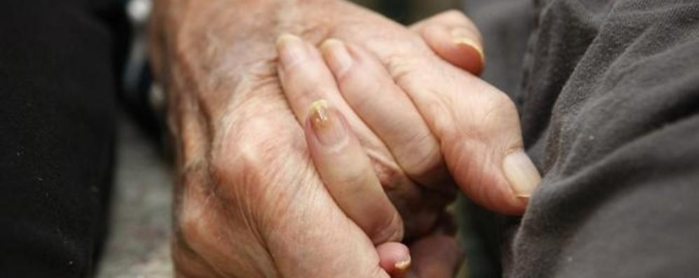 Un lavoratore su 3 cura mamma e papà In 170 mila a sostegno dei parenti malati