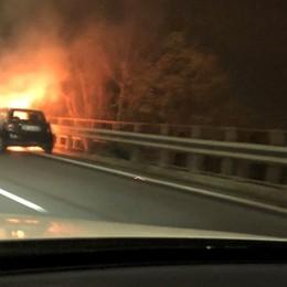 Auto in fiamme a Seriate Traffico in tilt  sull'Asse- Foto