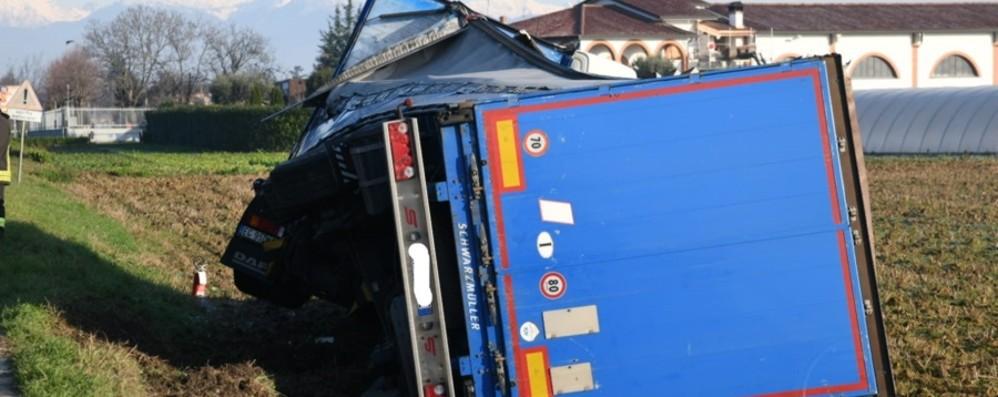 Camion ribaltato a Treviglio Il conducente di 47 anni illeso