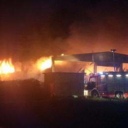 Incendio, fiamme altissime - Video A Fornovo distrutte quattro aziende