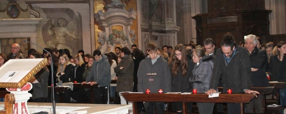 L'abbraccio degli universitari a Brescia In preghiera  per la studentessa morta