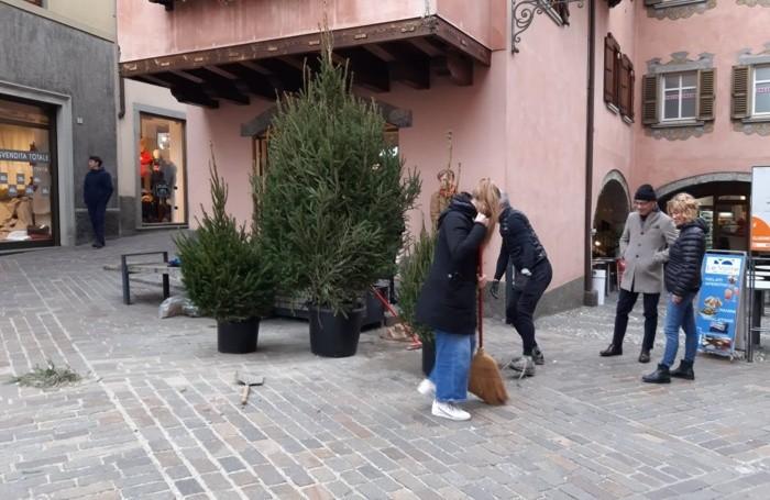 I commercianti al lavoro per risistemare gli alberi abbattuti