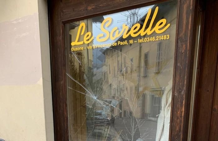 La vetrina rovinata a Clusone
