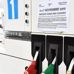 Benzina, chiusi sei impianti su dieci E c'è chi la vende a 2 euro al litro