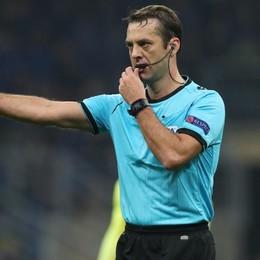 L'arbitro bielorusso e la gestione del finale. Dopo il rosso al portiere è andato in tilt