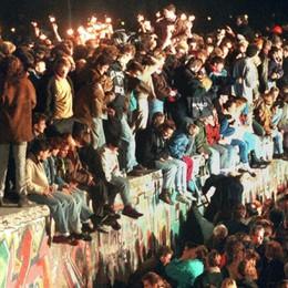 Trent'anni fa cadeva il Muro di Berlino Cosa ricordi? Dove eri? Racconta