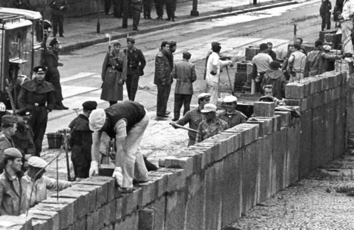 Un'immagine del 13 agosto 1961 mostra l'inizio della costruzione del Muro di Berlino, per 28 anni simbolo della Guerra Fredda e della divisione della Germania