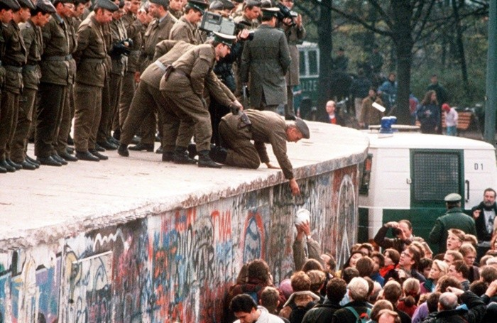 Una foto di archivio del 11 novembre 1989 della caduta del muro di Berlino
