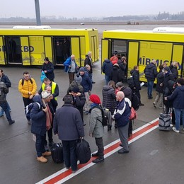 Dirottato per nebbia l'aereo dei tifosi I giocatori atterrati a Kharkiv poco prima