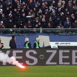 Fumogeni allo stadio di Bergamo Daspo di un anno per due tifosi