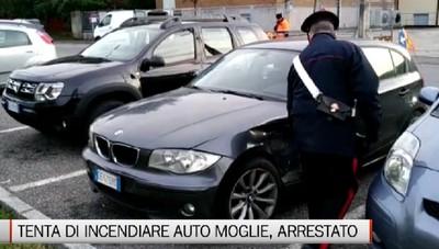 Tenta di dare fuoco all'auto della moglie, arrestato