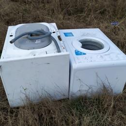 Ghisalba, rifiuti e inciviltà -Foto Abbandonate 2 lavatrici nel Parco del Serio