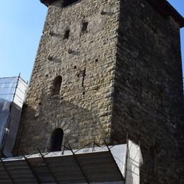 Prima compra la Torre degli Zoppi poi la dona al paese: «Ne sono felice»