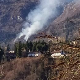 Castione, incendio al pascolo In fumo circa duemila metri quadrati