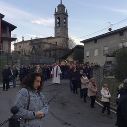 «Non ti dimenticheremo mai» Folla ai funerali del 30enne Marco