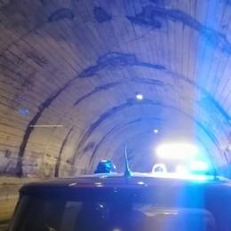 Via Mala, cadono dei calcinacci in galleria Tre auto coinvolte: nessun ferito