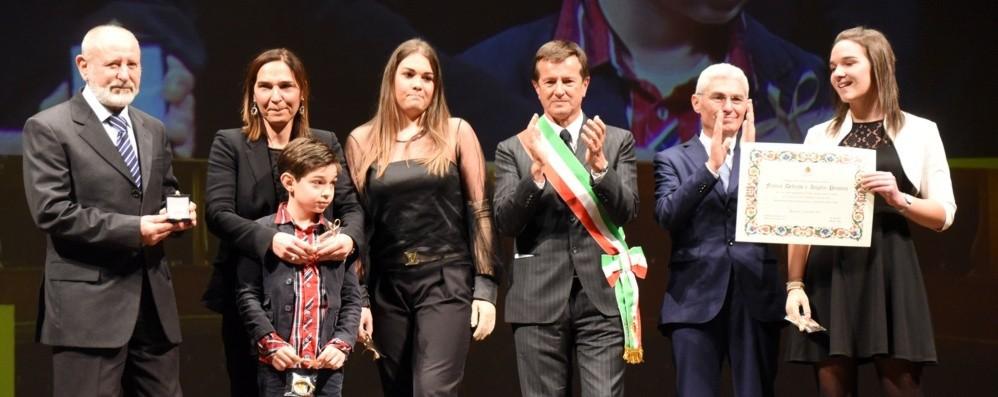 Commozione per la famiglia Mecca Onorificenze, sul palco anche il Papu