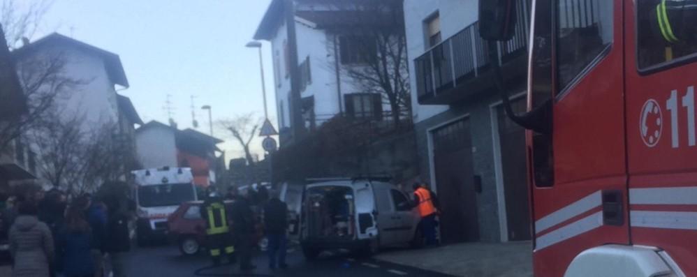 In auto contro la colonnina del metano A Sant'Omobono Terme muore 72enne