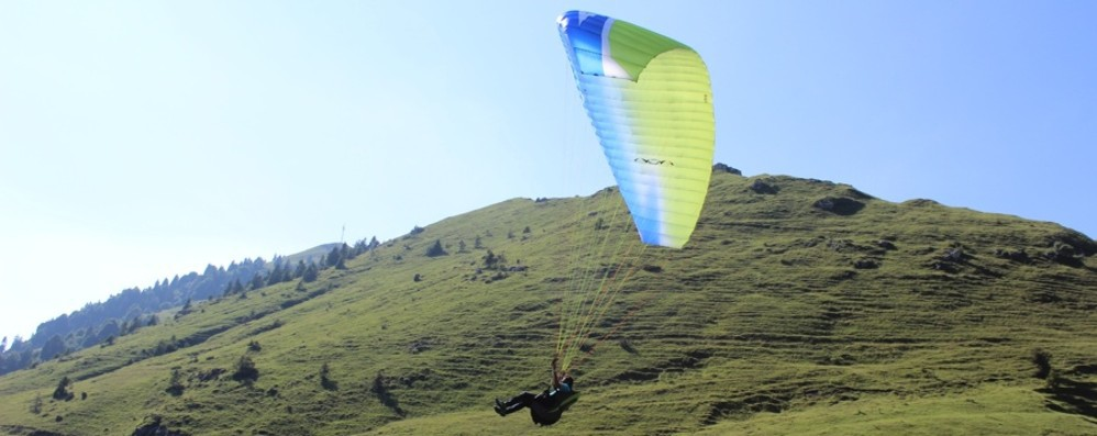 Roncola, cade con il parapendio Soccorso con l'elicottero: è grave