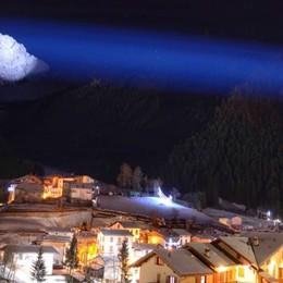 S'illumina il Pizzo Camino La magia diventa virale