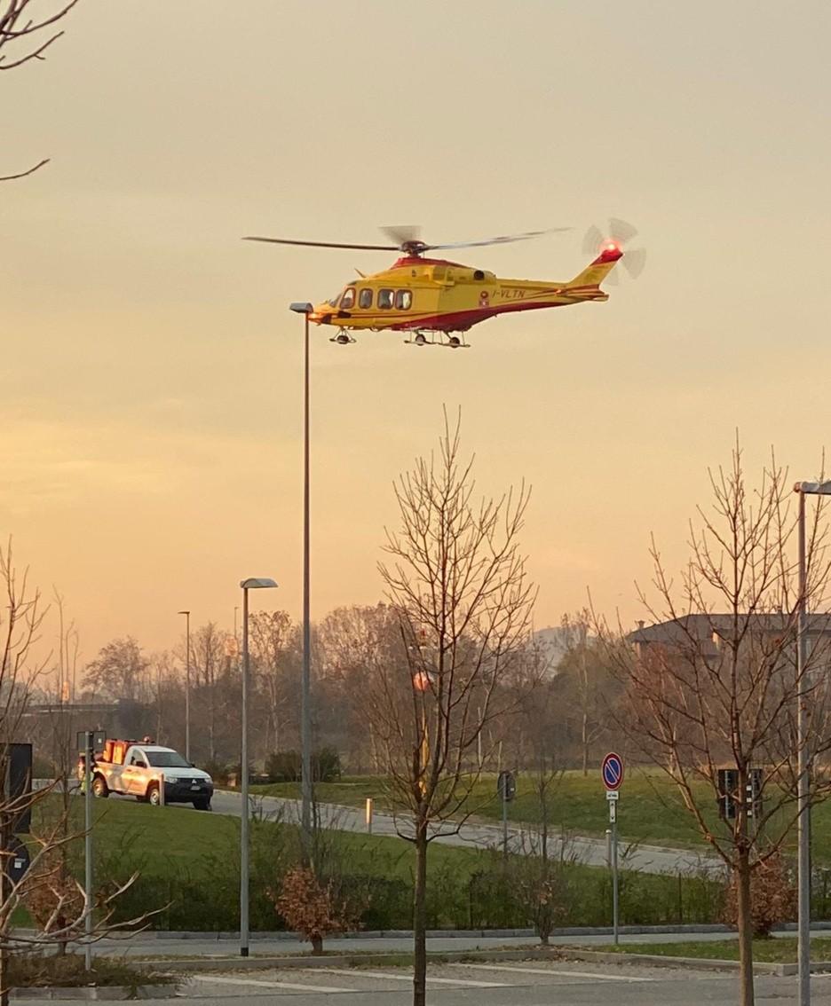 L'elicottero in arrivo a Bergamo