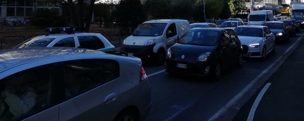 A passo d'uomo a Bergamo Traffico in tilt in centro città