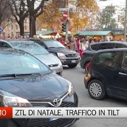 Bergamo, folla e traffico in tilt per la Ztl di Natale