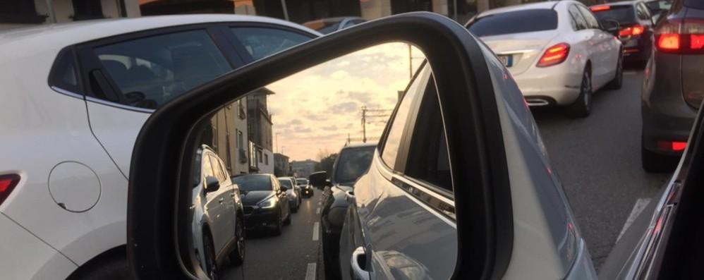 Domenica in centro, traffico in tilt Strade chiuse e lunghissime code