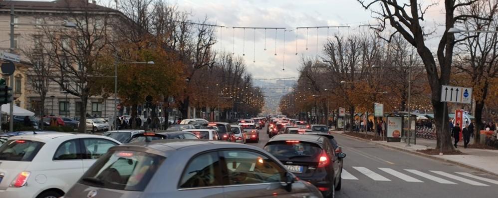 Domenica senz'auto, pienone   in centro Ma tutto attorno il traffico va in tilt - Foto