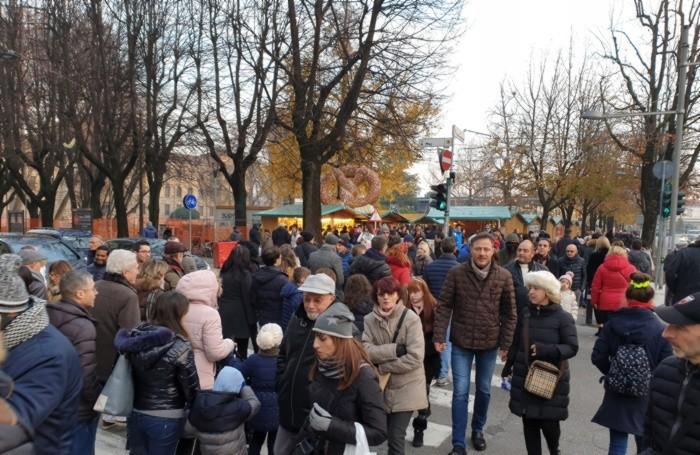 Folla al Villaggio di Natale