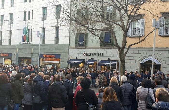 Folla in centro: piazza Matteotti-via XX Settembre